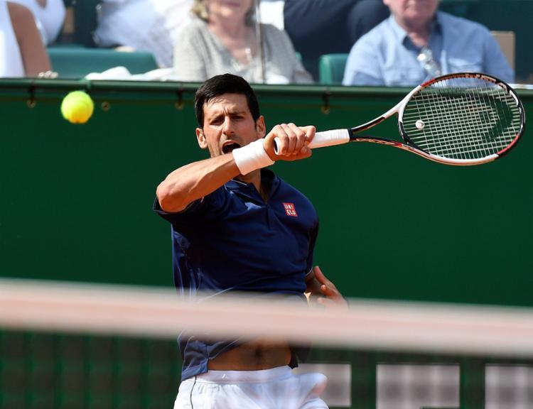 Tenista sérvio venceu por 2 sets a 1, com parciais de 6/3, 3/6 e 7/5. - Foto: Yann Coatsaliou l AFP