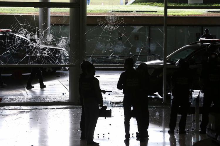 Manifestantes tentaram invadir a Câmara na tarde desta terça-feira, 18 - Foto: Fabio Rodrigues Pozzebom l Agência Brasil