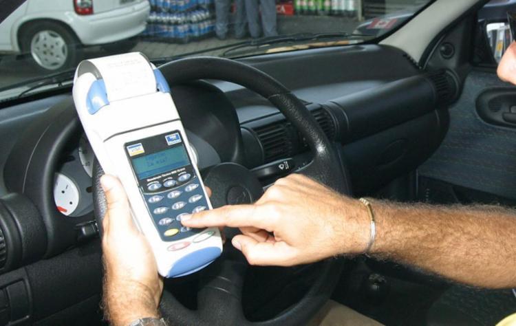 Cerca dos 95% que têm cartão de crédito o utilizam todo mês - Foto: Geraldo Ataíde | Ag. A TARDE | 16.04.2003