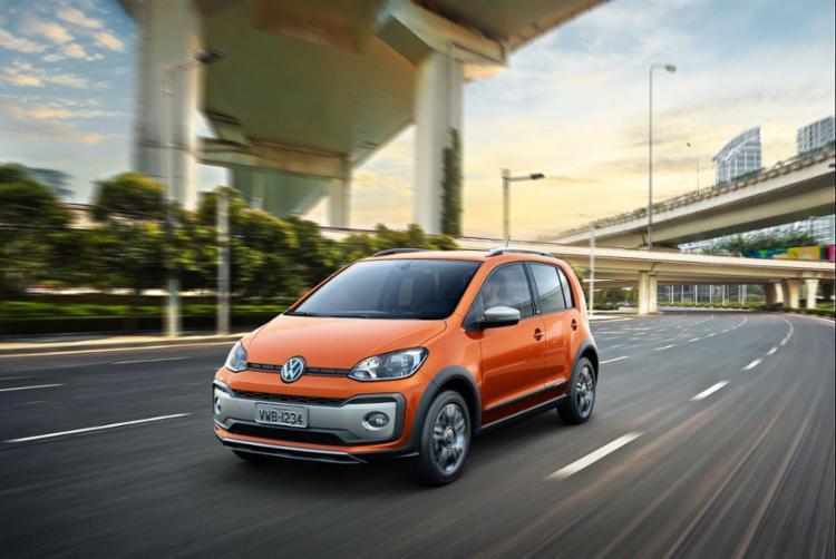 O Volkswagen Cross Up! 2018 chega às concessionárias com a nova cor laranja-habanero - Foto: Volkswagen | Divulgação