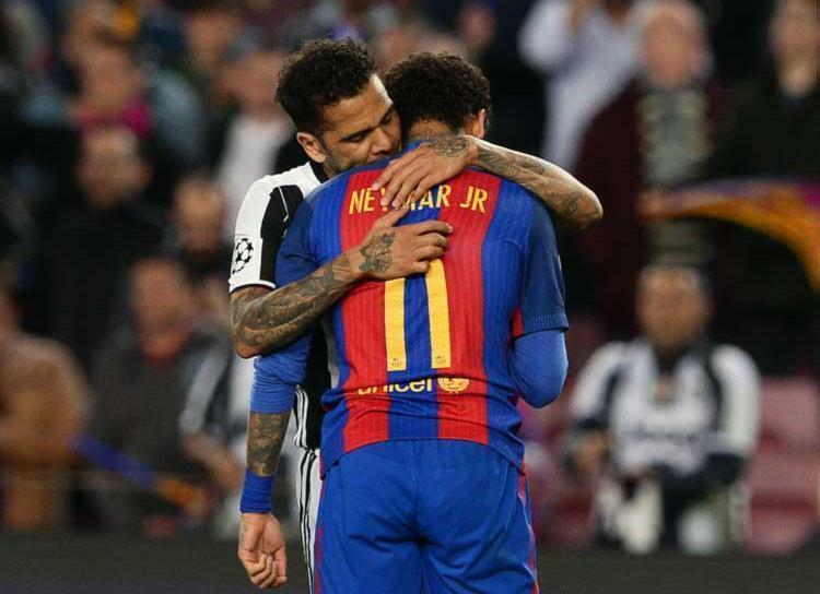 Daniel Alves consola Neymar após Juve eliminar o Barça - Foto: Josep Lago | AFP