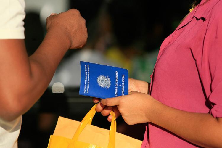 O emprego com carteira assinada continuou crescendo - Foto: Edilson Lima l Ag. A TARDE
