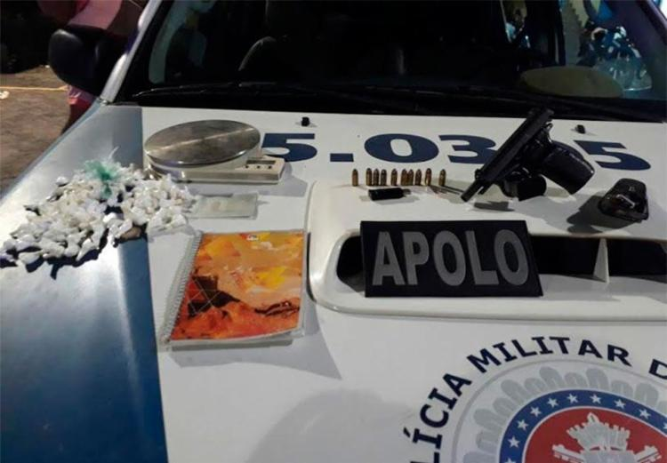 Polícia apreendeu drogas e arma com suspeito - Foto: Divulgação | PM