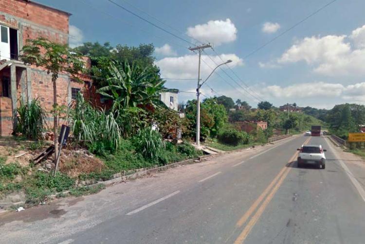 O acidente aconteceu enquanto o pedreiro trabalhava em um obra em Paripe, na BA-528 - Foto: Reprodução | Google Street View