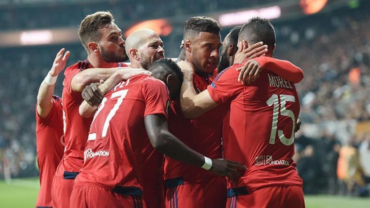 Atletas do Lyon festejam gol no jogo que deu a vaga para as semifinais à equipe francesa - Foto: Bulent Kilic l AFP