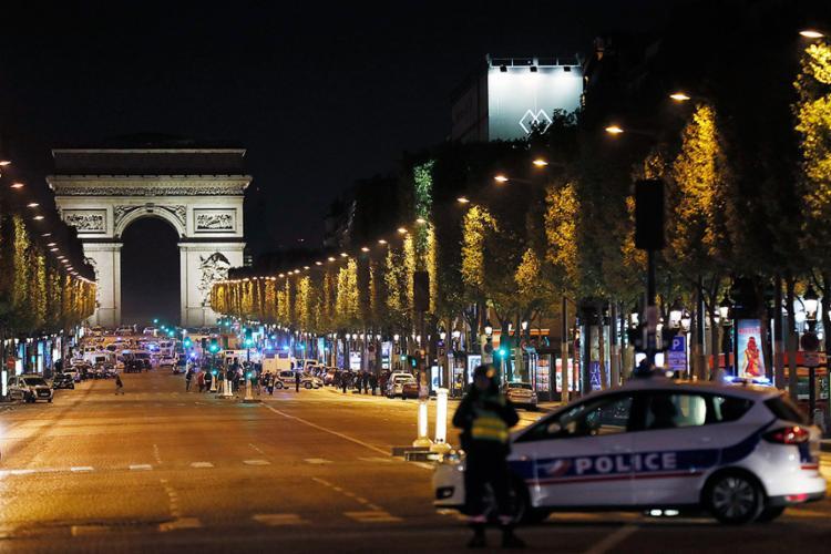 Policiais bloqueiam acesso à Champs-Elysées. França encontra-se em estado de emergência desde atentados de 2015 - Foto: Thomas Samson l AFP Photo