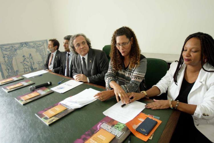 Reitor da Ufba assina documento para cooperação - Foto: Margarida Neide | Ag. A TARDE