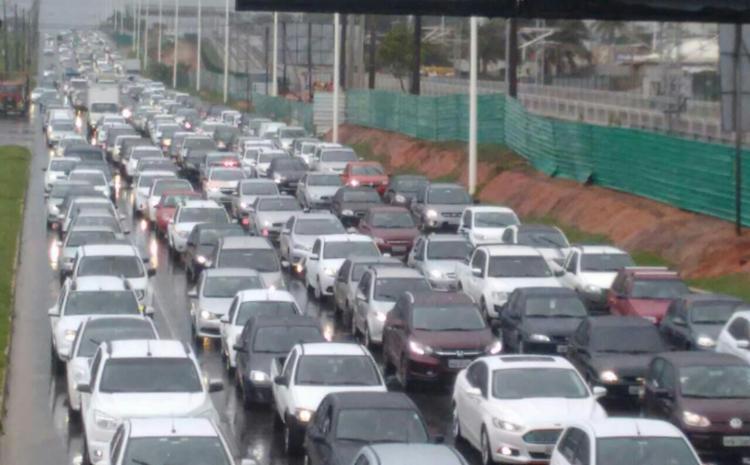 Motoristas enfrentam congestionamento na avenida Paralela, próximo ao Parque de Exposições - Foto: Raul Spinassé | Ag. A TARDE