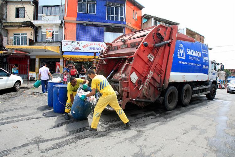 Taxa de lixo vem sendo utilizada pela prefeitura de Salvador para a realização de toda a limpeza urbana - Foto: Luciano da Mata l Ag. A TARDE l 23.3.2017