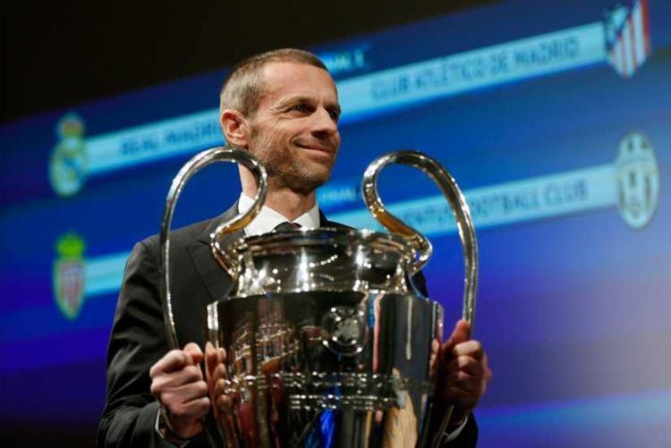 O presidente da Uefa, Aleksander Ceferin, entrega o troféu da Liga dos Campeões antes do sorteio - Foto: Richard Juilliart | AFP