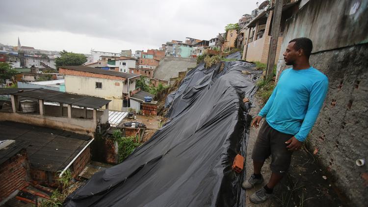 Morador de encosta na Liberdade, o técnico em iluminação Danilo da Cruz está apreensivo por causa da chuva - Foto: Joá Souza l Ag. A TARDE