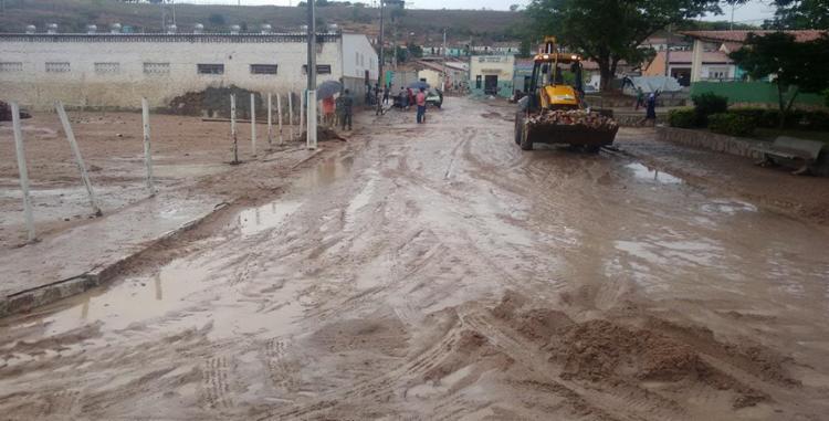 Após a enxurrada, a lama ficou espalhada pelas ruas da cidade - Foto: Divulgação   Defesa Civil de Lajedinho
