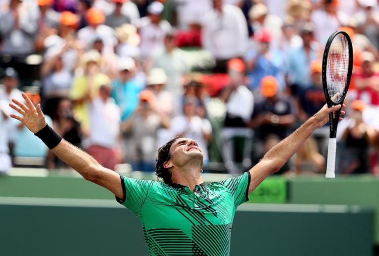 Roger Federer comemora vitória sobre Rafael Nadal na final do Masters de Miami - Foto: Al Bell l AFP