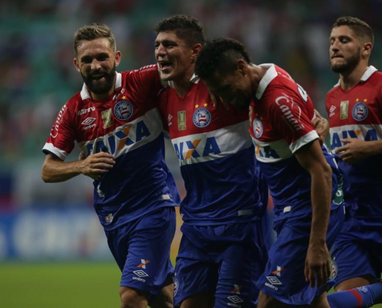 Edson, autor de dois gols na partida, comemora com os companheiros - Foto: Adilton Venegeroles | Ag. A Tarde