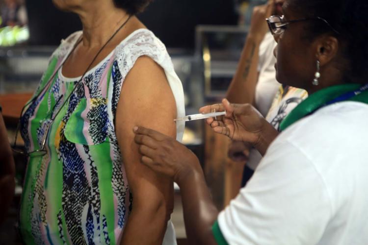 De acordo com especialistas, estar com as vacinas em dia pode auxiliar na prevenção de doenças respiratórias - Foto: Xando Pereira | Ag. A TARDE