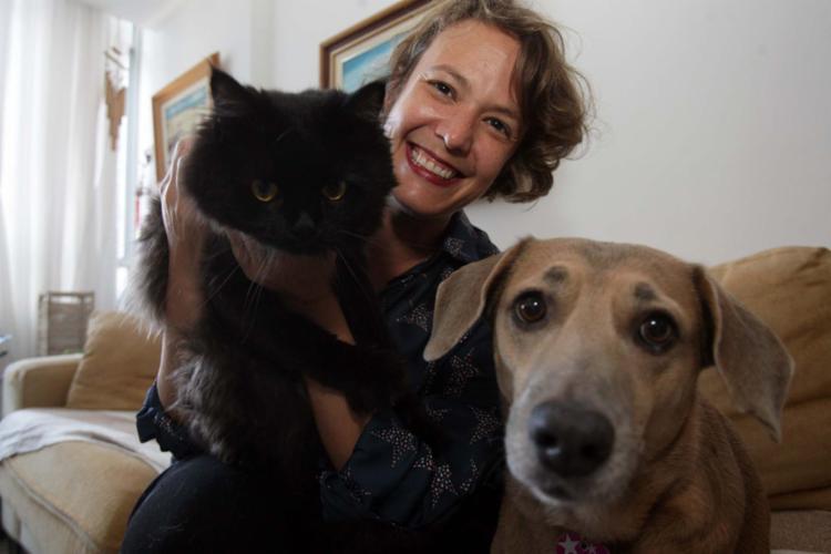 Thaís com o gato Eek e a cadela Fiona: atenção na escolha dos serviços - Foto: Joá Souza | Ag. A TARDE