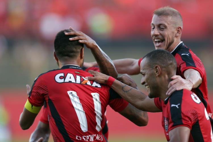 Vitória comemorando o gol de pênalti de Cleiton Xavier - Foto: Raul Spinassé | Ag. A Tarde