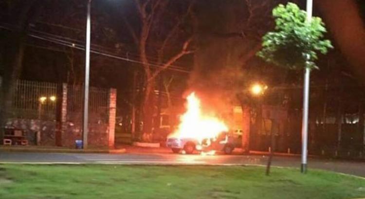Durante a ação criminosa, bandidos atearam fogo em diversos veículos - Foto: Reprodução | Twitter