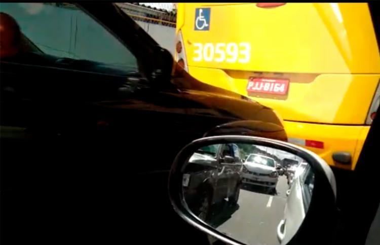 Veículo preto colidiu no fundo do ônibus seguido por mais dois carros - Foto: Diogo Xisto | Cidadão Repórter | Via WhatsApp