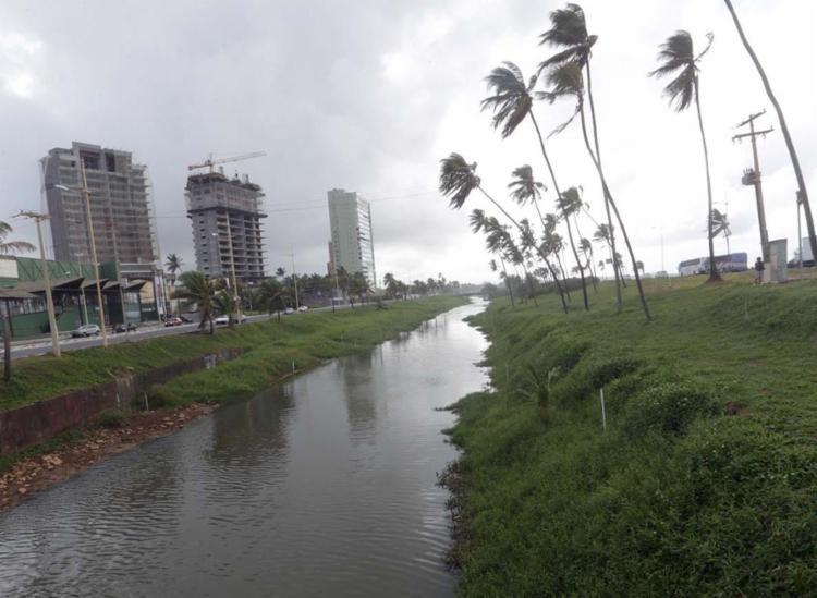 O rio Jaguaribe deságua em Piatã, na 3ª Ponte da avenida Octávio Mangabeira - Foto: Xando Pereira | Ag. A TARDE