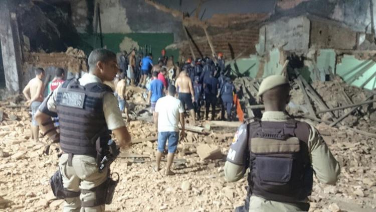 Bombeiros trabalham no local do desabamento - Foto: Foto leitor