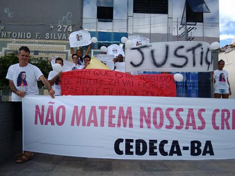 Protesto ocorreu, por volta das 11h, em frente à sede do DHPP (Pituba) - Foto: Euzeni Daltro l Ag. A TARDE