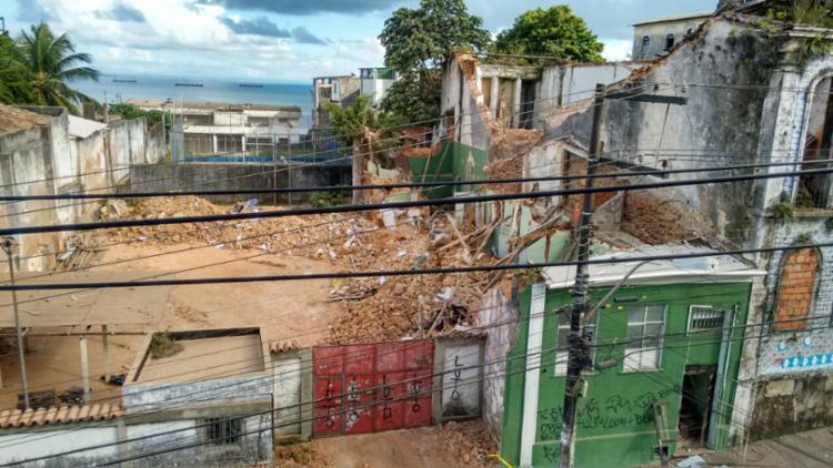 O imóvel atingido pelos escombros do casarão ficou destruído - Foto: Xando Pereira | Ag. A TARDE