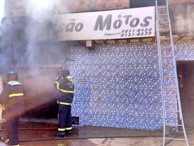 Corpo de Bombeiros foi acionado e conseguiu controlar incêndio - Foto: Divulgação   Bombeiros