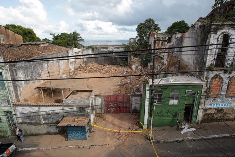 Muro e parte do telhado de sobrado na ladeira da Soledade desabaram sobre a casa ao lado (verde), matando três moradores do imóvel - Foto: Xando Pereira | AG A TARDE