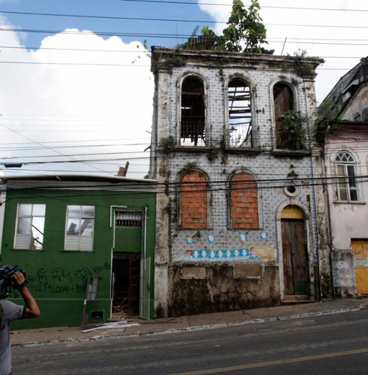 As fachadas dos dois imóveis acidentados, no fim da noite da última segunda - Foto: Xando Pereira /| Ag. A TARDE