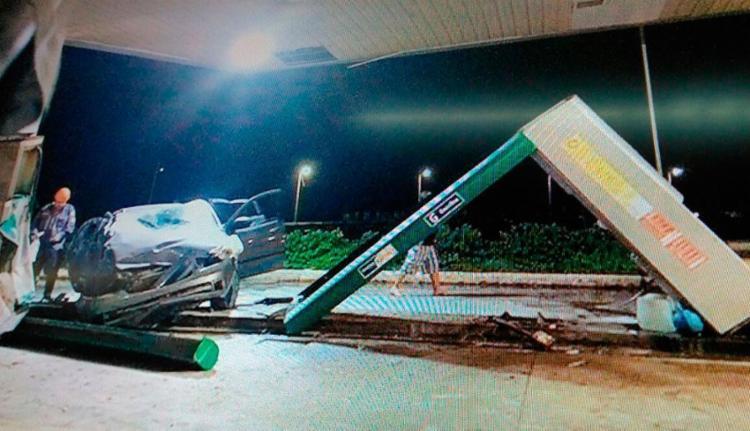 Carro destruiu duas bombas de combustível - Foto: Reprodução | TV Record