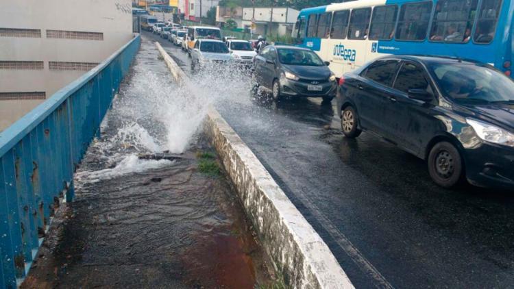 A água está escoando para a via debaixo do viaduto - Foto: Divulgação   Twitter   Transalvador