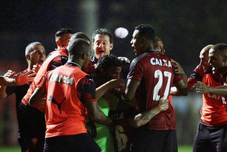 Argel se juntou aos jogadores e vibrou com a virada do rubro-negro no Ba-Vi - Foto: Raul Spinassé   Ag. A Tarde