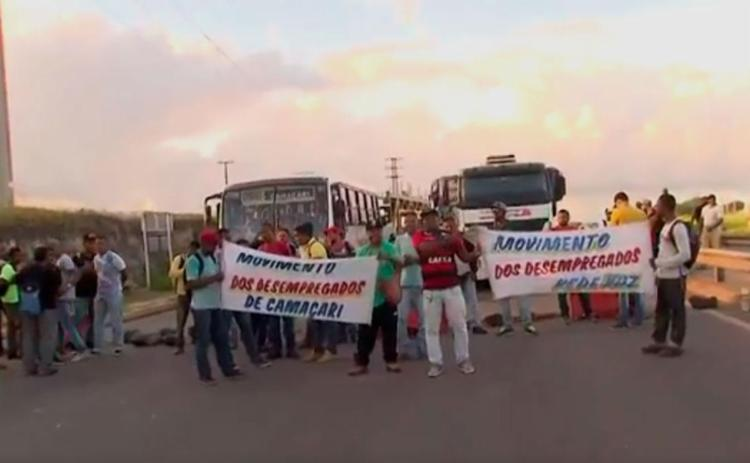 Grupo ocupa via na entrada de Camaçari - Foto: Reprodução | TV Bahia