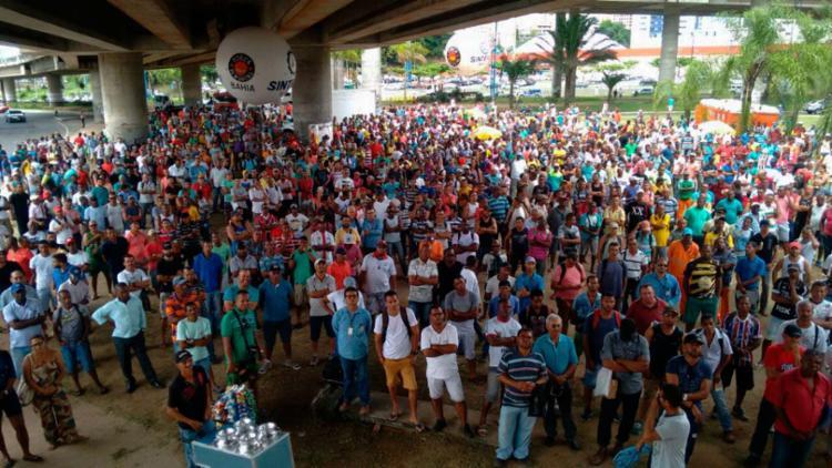 Trabalhadores estão concentrado na Rótula do Abacaxi - Foto: Xando Pereira | Ag. A TARDE