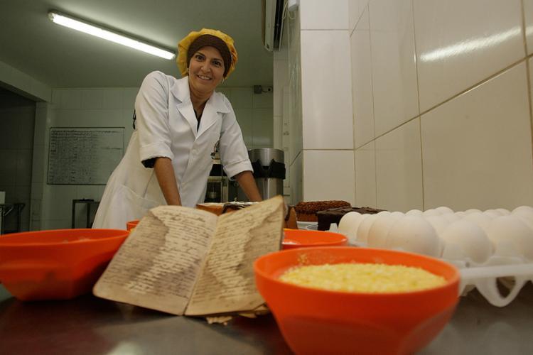 Daniela, sócia do Bolo das Meninas, iniciou negócio após recuperar livro de receitas da bisavó - Foto: Mila Cordeiro l Ag. A TARDE
