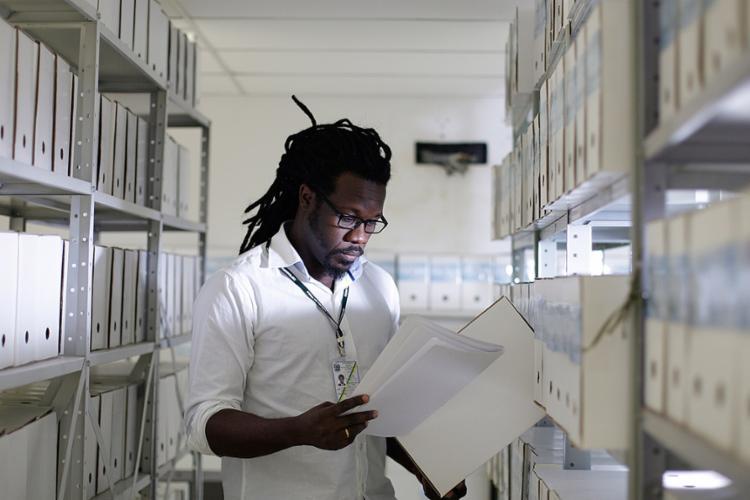 Vieira, arquivista da DPU, pontua que profissional precisa saber fazer a correlação das informações - Foto: Raul Spinassé l Ag. A TARDE