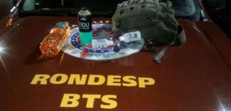 Foram apreendidos com os suspeitos, mochilas, máscaras, isqueiros, gasolina e fósforos - Foto: Polícia Militar | Divulgação