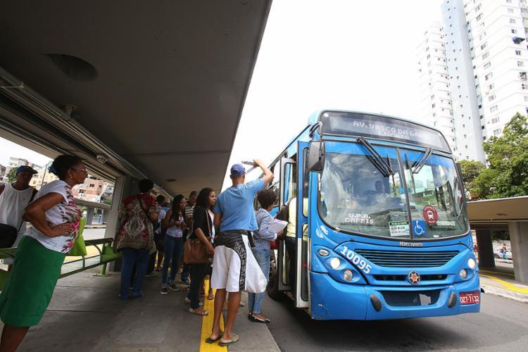 Tempo de espera por ônibus está entre as queixas - Foto: Mila Cordeiro l Ag. A TARDE
