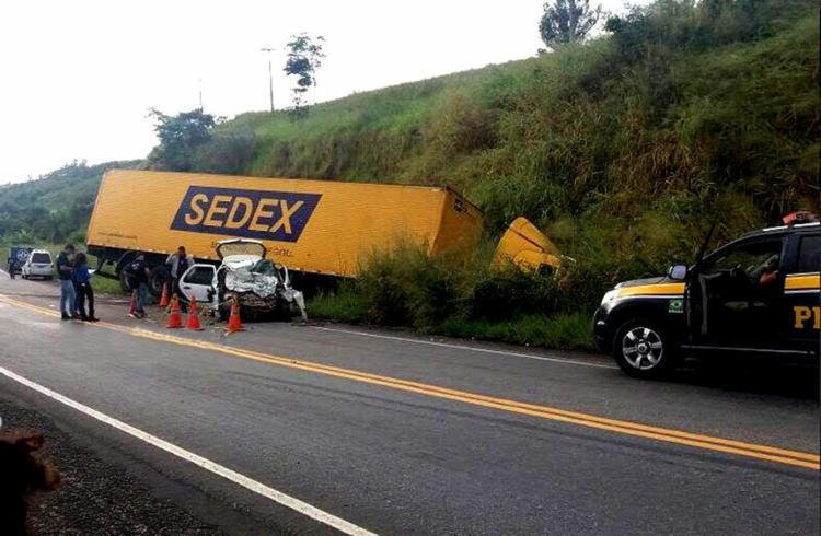 Carro de passeio bateu de frente com caminhão dos Correios - Foto: Reprodução l Radar64