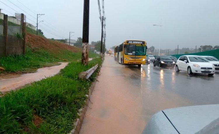 Um dos pontos de alagamento é na avenida Paralela, sentido aeroporto - Foto: Aurélio Lima | Ag. A TARDE