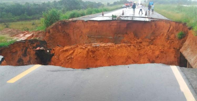 Cratera surgiu deste sábado, 1º, devido à chuva que atingiu a região - Foto: Reprodução | Blog do Sigi Vilares