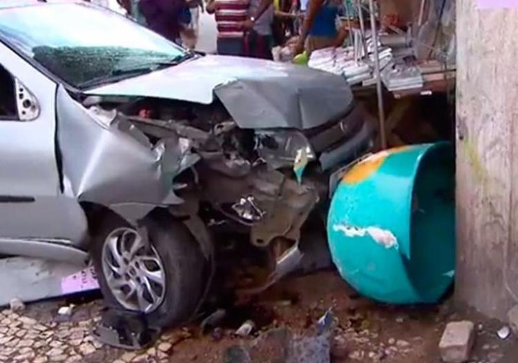 Carro invadiu calçada, atropelou duas pessoas e derrubou telefone público - Foto: Reprodução   TV Bahia