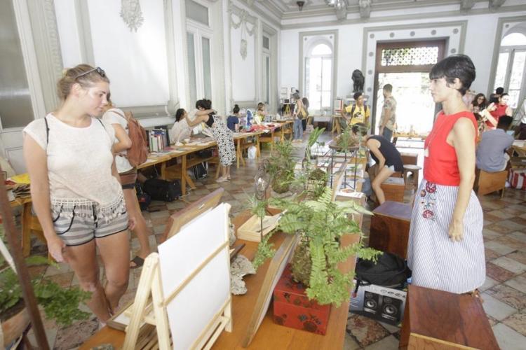 Na feira, é possível encontrar roupas, objetos de decoração e desenhos - Foto: Luciano da Matta | Ag. A TARDE