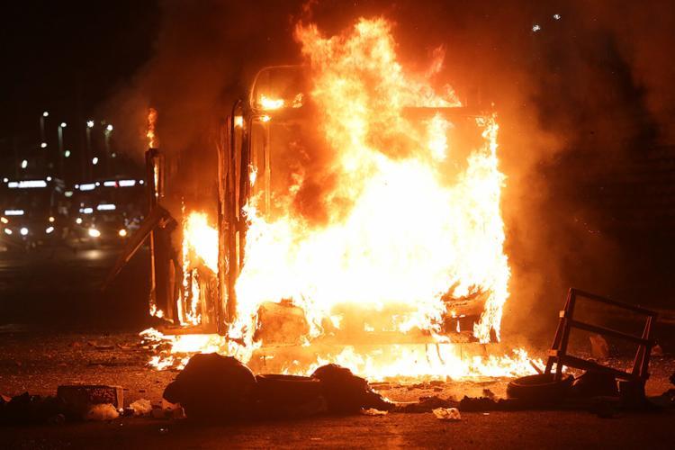 Grupo colocou fogo em coletivo nas proximidades do viaduto Raul Seixas - Foto: Adilton Venegeroles l Ag. A TARDE