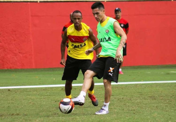 Leandro Salino (de amarelo) e Pineda serão titulares no jogo desta quarta - Foto: Maurícia da Matta | EC Vitória