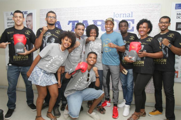 Robson premiou ganhadores da promoção de A TARDE com camisas e luvas autografadas - Foto: Joa Souza / Ag. A TARDE