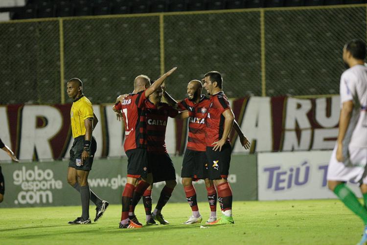 Jogadores do Leão comemoram com André Lima, autor de dois gols - Foto: Margarida Neide l Ag. A TARDE
