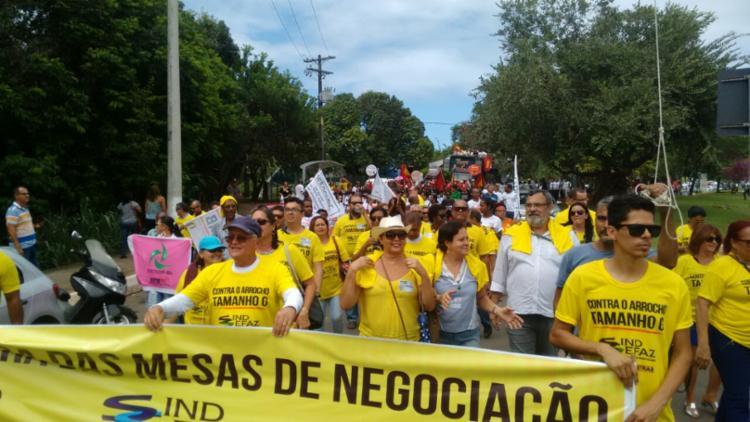 Servidores iniciaram a manifestação na altura do antigo Bahia Café Hall - Foto: Xando Pereira | Ag. A TARDE