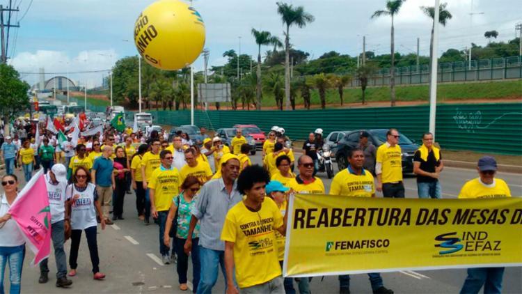 Servidores saíram de um ponto na Paralela até o CAB - Foto: Xando Pereira   Ag. A TARDE